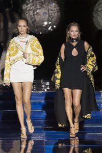 Amber Valletta 跟 Kate Moss 為FENDACE 「VERSACE BY FENDI」壓軸。